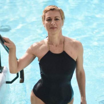 Maillot de bain une pièce couvrant noir et or post mastectomie
